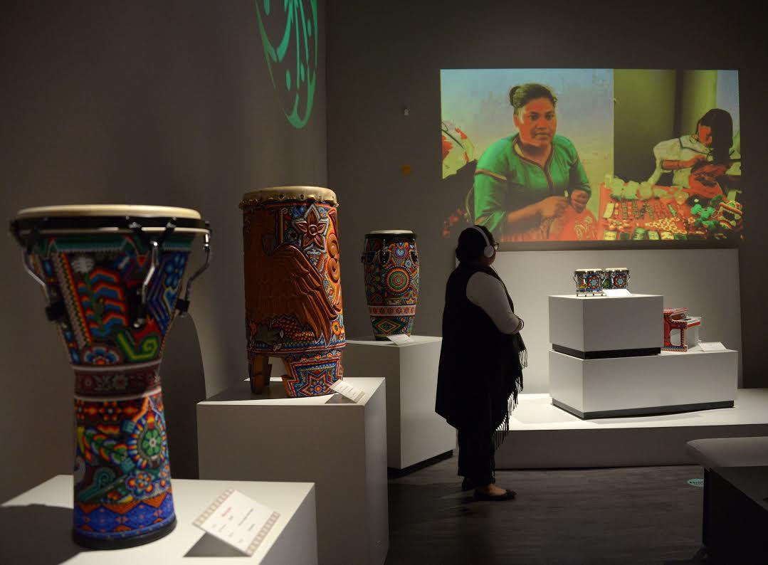 Una visitante mira un video interactivo en el Museo de la Música Mexicana